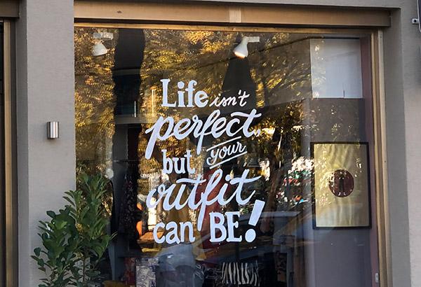 Schaufensterbeschriftung bei PER ME Concept Store